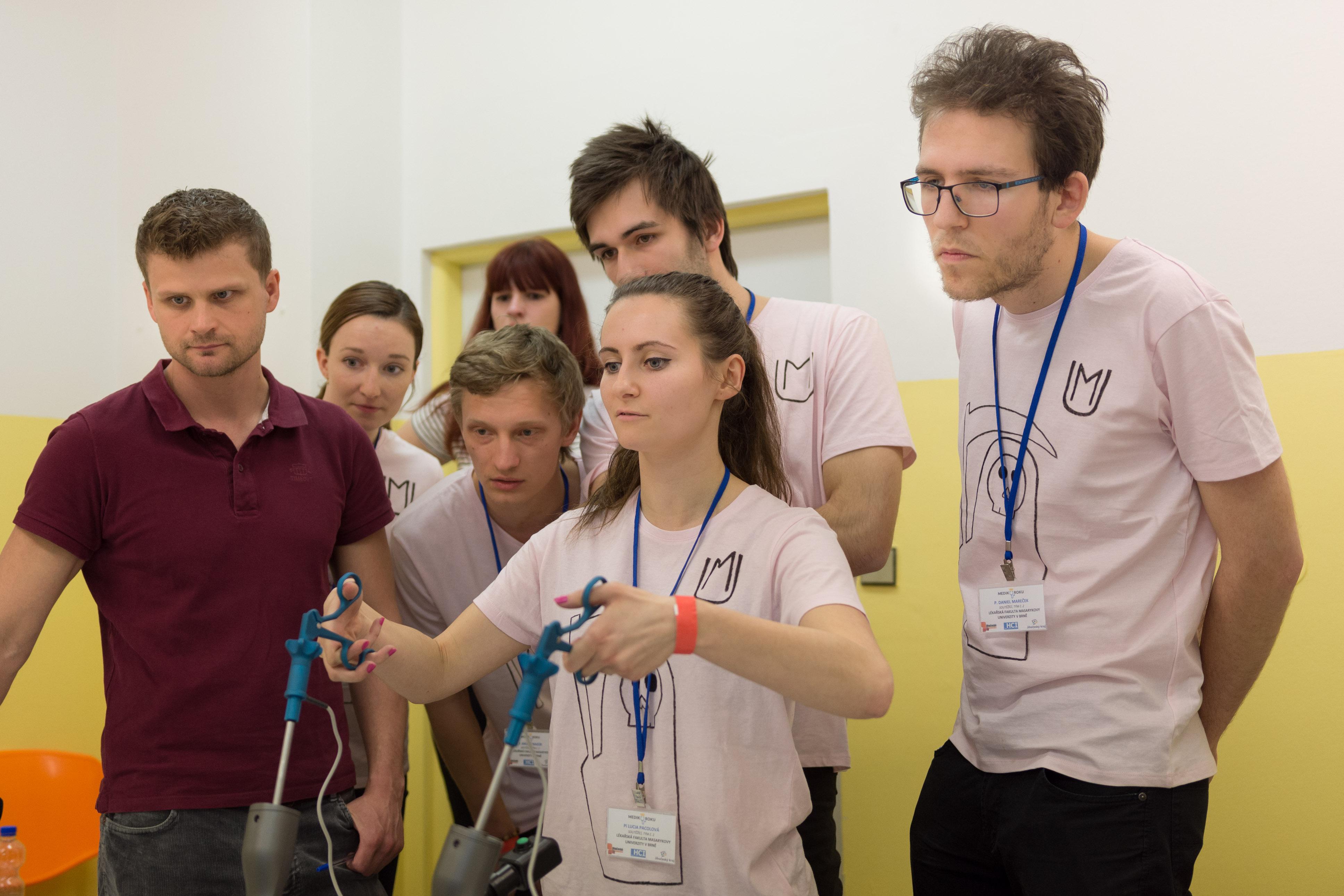 tým z MU Brno na laparoskopickém trenažeru
